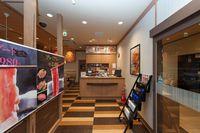 外観-2 ロードサイド店の特徴である外観の大胆なサイン計画の画像